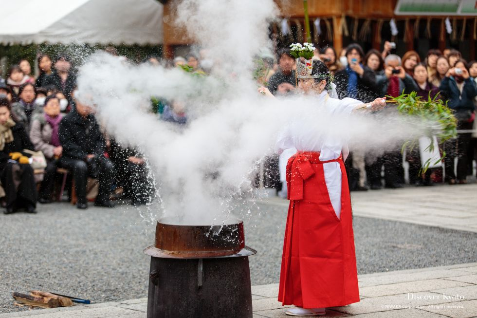 Flinging boiling water during Yudate Shinji at Jōnangū.