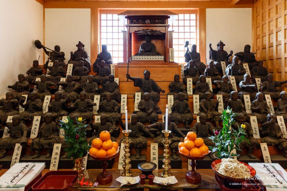 Wooden statues of the 47 Rōnin and their lord at the Gishi-e Hōyō at Hōjū-ji.