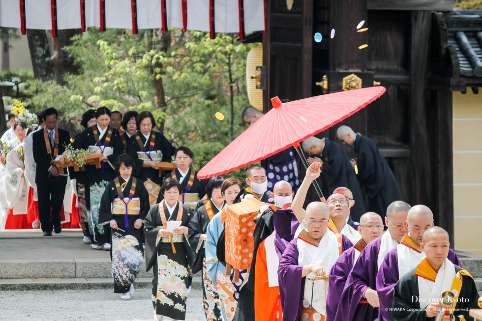 Participants pass through the temple gate during Kadō Matsuri at Daikaku-ji.