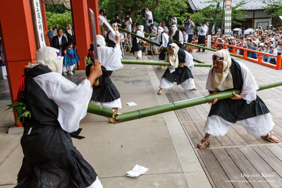 Teams compete during the Takekiri-eshiki at Kurama-dera.