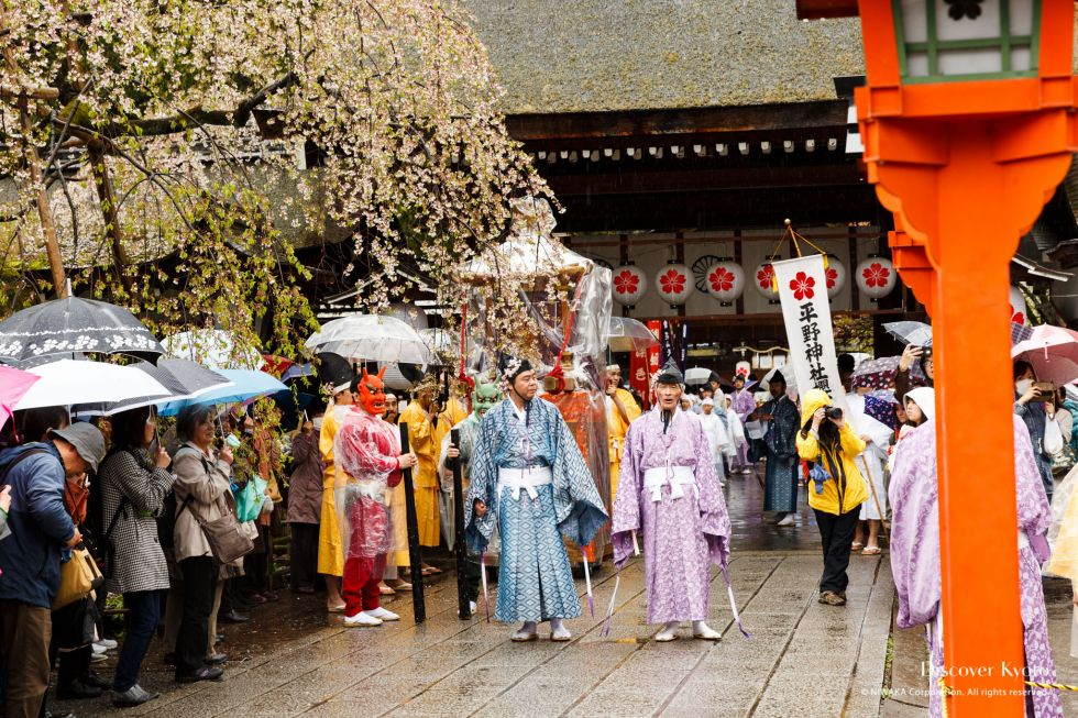 Light rain falls during the 2015 Ōka Matsuri at Hirano Shrine.
