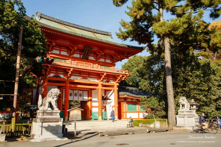 The rōmon gate and lion-dogs at Imamiya Shrine.