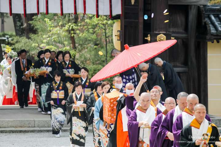 Participants pass through the temple gate during Kadō Matsuri at Daikaku-ji.