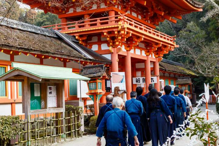 Kendō participants move to the main hall during Kigen-sai at Kamigamo Shrine.