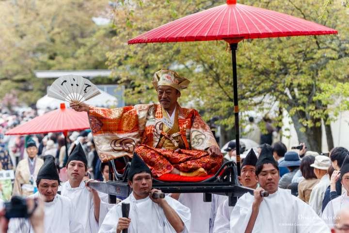 Toyotomi Hideyoshi arrives at Hōtaikō Hanami Gyōretsu at Daigo-ji.