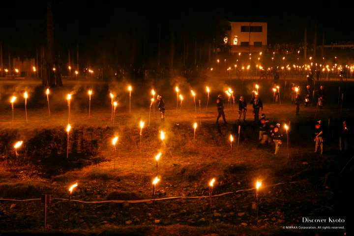 Torches being lit at the Hanase Matsu-age.