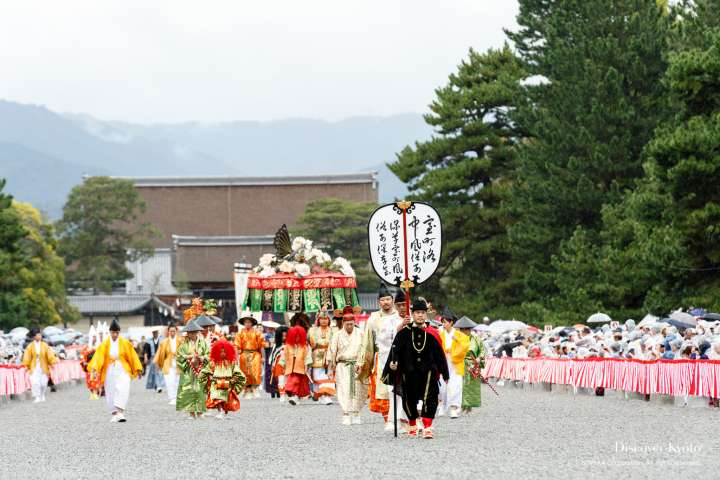 Entertainers and dancers from the Muromachi period participate in the Jidai Matsuri at Heian Shrine.