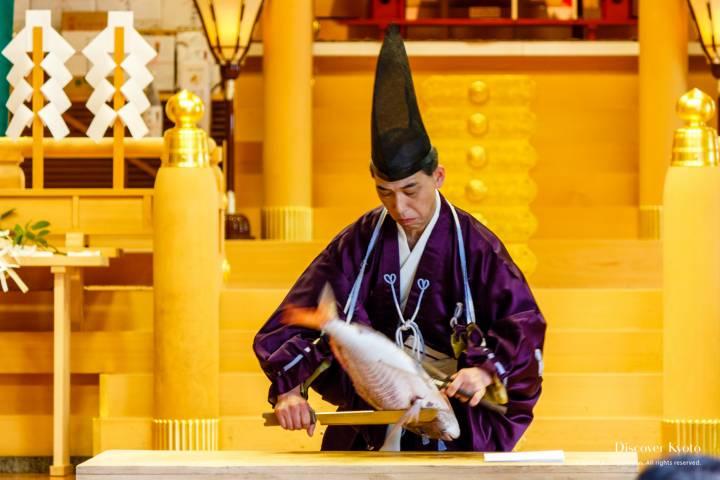Chef preparing a fish in the shikibōchō ritual during the Mizu Matsuri at Kifune shrine.