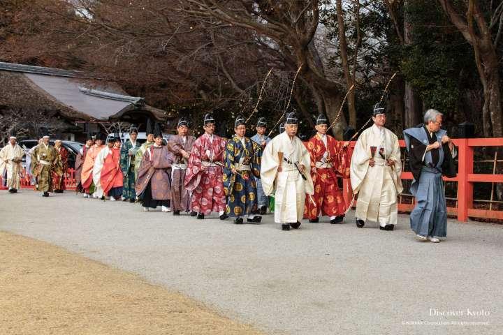 Participants arrive for Musha Jinji at Kamigamo Shrine.
