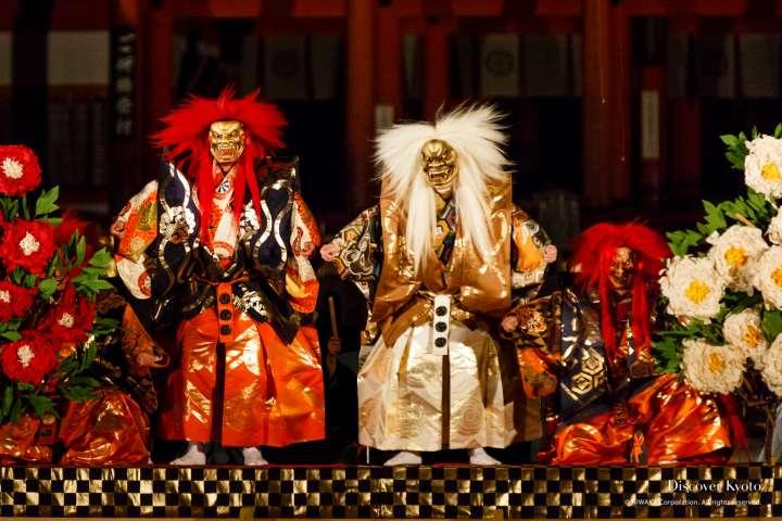 Lion messengers appear at Takigi Nō at Heian Shrine.