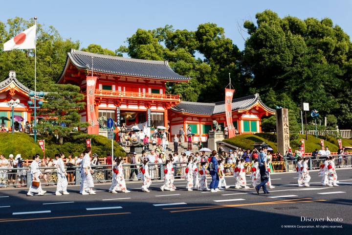 The 2013 Omukae Chōchin procession leaving Yasaka Shrine during the Gion Matsuri.