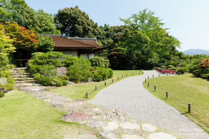 Path leading to the Daijōkaku at Ōkōchi Sansō.