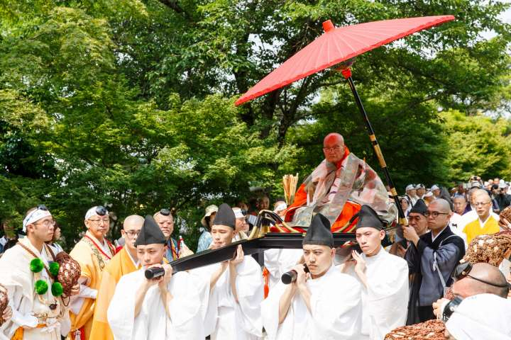 The head priest makes his way during Aoba Matsuri at Chishaku-in.