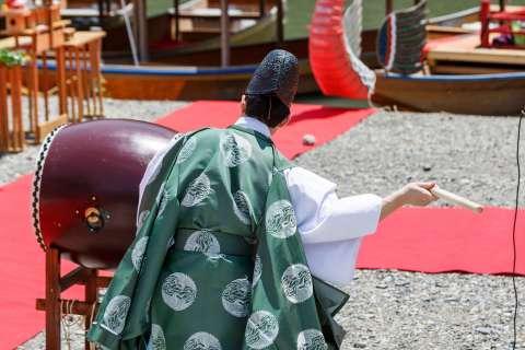 A drum starts the proceedings at Mifune Matsuri at Kurumazaki Jinja.