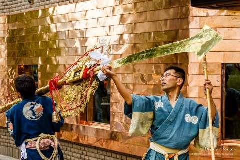 A lion-themed kenboko and uniform at the Awata Taisai at Awata Shrine.