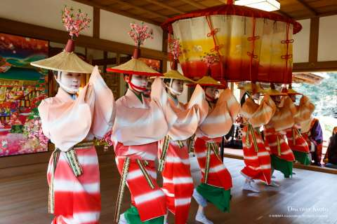 Girls perform a traditional dance during Hanezu Odori at Zuishin-in.