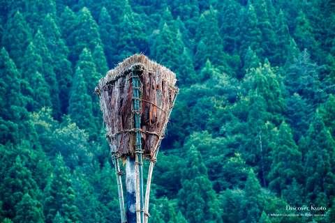 Throwable torches (hōriage matsu) are aimed at a basket-shaped torch (ōgasa) at the Hirogawara Matsu-age.