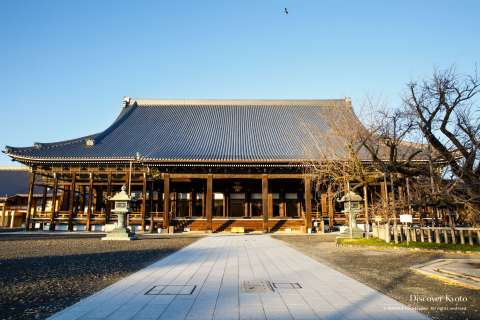 The temple grounds during the Osusuharai at Nishi Hongan-ji.