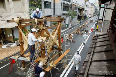 Construction of the Hōkaboko float's frame during the Gion Matsuri.