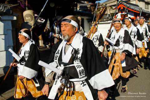 Men wear white cloths bearing the name of the rōnin they represent during the Yamashina Gishi Matsuri at Bishamon-dō.