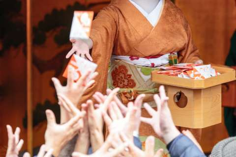 Geiko and maiko participate in Setsubun at Kitano Tenmangū.