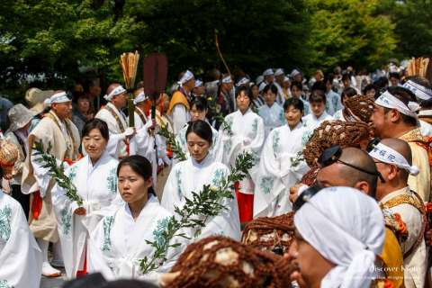 Women carry offerings at Aoba Matsuri at Chishaku-in.