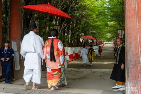 Participants file out during Hōtaikō Hanami Gyōretsu at Daigo-ji.