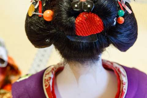 A close-up of the hairstyle of the maiko Tomitsuyu during the 2014 Gishi-e Hōyō at Hōjū-ji.