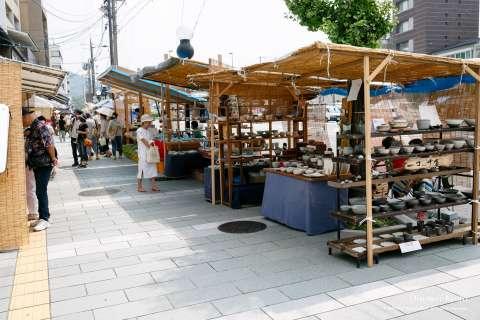 Stalls and ceramics at the Gojōzaka Tōki Matsuri.