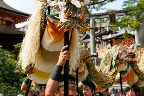 The dragon and costumes of the Seiryū-e at Kiyomizu-dera were designed by Emi Wada.