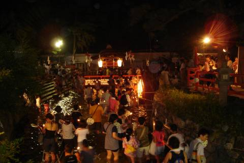 Local people and tourists both make their way to the Mitarashi-sha sub-shrine